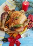 Intera fritta del pollo, rosmarino esamina in controluce il ramo casalingo della celebrazione di un albero di Natale su un fondo  Immagine Stock