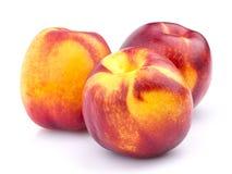 Intera frutta della nettarina isolata su fondo bianco Immagine Stock