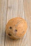Intera noce di cocco sulla tavola Immagini Stock