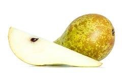 Intera pera verde accanto ad un pezzo della fetta di pera isolato su bianco Immagine Stock Libera da Diritti