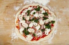 Intera pizza cruda Immagine Stock
