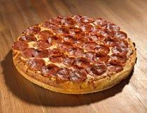 Intera pizza di merguez con il fuoco completo Fotografie Stock