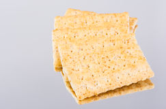 Intera riflessione organica fresca dei cracker del grano sulla tavola dello specchio Fotografia Stock