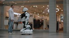 Interacción del hombre y tecnologías modernas de la inteligencia artificial Ciérrese encima de la mano masculina del científico s almacen de metraje de vídeo