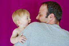 Interacción entre el padre y el hijo Fotografía de archivo