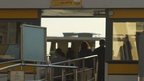 Interacción entre esperar de los pasajeros del watertaxi con conseguir de la gente del barco almacen de metraje de vídeo