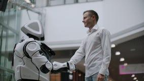 Interactie van de mens en moderne technologieën van kunstmatige intelligentie Sluit omhoog mannelijke hand van robotachtige weten stock videobeelden