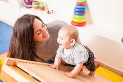 Interaction entre la mère et le bébé Images stock