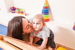 Interaction entre la mère et le bébé Image libre de droits