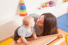 Interaction entre la mère et le bébé Photos stock