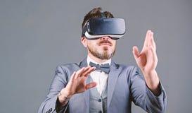 Interaction ext?rieure de Digital R?alit? virtuelle d'homme d'affaires Innovation et progr?s technologiques Instrument d'affaires photos stock