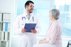 Interagendo con il paziente Immagini Stock