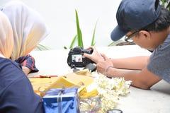 Interakcja mi?dzy m?skim fotografem z dwa hijab kobiet? na stole fotografia stock