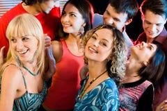 Interaktion an einer Party Lizenzfreies Stockbild