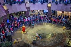 Interaktywny występ w centrum handlowym obrazy royalty free
