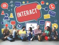 Interattivo comunichi collegano la rete sociale sociale di media concentrata fotografia stock libera da diritti