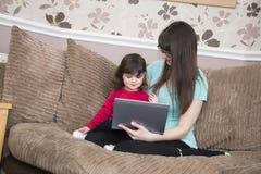 Interazione della figlia e della madre fotografie stock libere da diritti