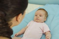 Interazione della neonata e della madre Fotografia Stock