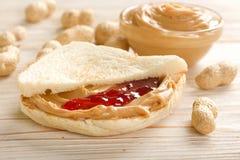 Intercale con mantequilla de cacahuetes Fotos de archivo