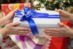 Intercambiar el presente el Nochebuena Fotografía de archivo