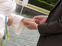 Intercambiar los anillos de bodas Fotografía de archivo