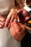 Intercambiar los anillos de bodas Fotografía de archivo libre de regalías