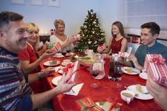 Intercambiar los regalos de la Navidad Imagen de archivo libre de regalías