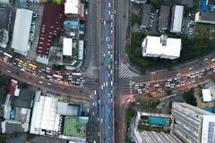 Intercambie el tráfico de la carretera hermoso en vista de pájaro de la ciudad en b foto de archivo libre de regalías