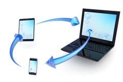 Intercambio de datos entre los dispositivos móviles Foto de archivo