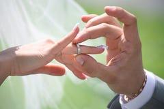 Intercambio de los anillos de bodas Fotos de archivo libres de regalías