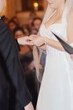 Intercambio del anillo de bodas imágenes de archivo libres de regalías
