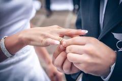 Intercambio del anillo de bodas imagenes de archivo