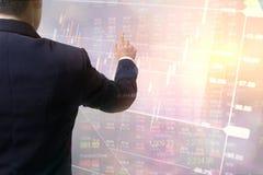 Intercambio financiero de los datos conmovedores de la mano del negocio de la exposición doble Mercados de acción financieros o B Fotos de archivo libres de regalías