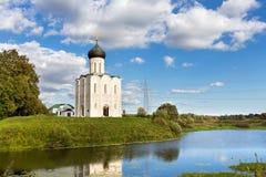 Intercesión de la iglesia de la Virgen Santa en el río de Nerl Rusia Foto de archivo libre de regalías