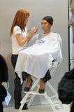 Intercharm秋天莫斯科XXI国际香料厂和化妆用品陈列在展示大师化妆师期间申请构成 免版税库存照片