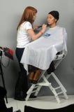 Intercharm秋天莫斯科XXI国际香料厂和化妆用品陈列大师化妆师应用构成年轻女性 图库摄影