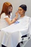 Intercharm Autumn Moscow XXI Internationale Parfumerie en Schoonheidsmiddelententoonstelling tijdens de tovenaar toont de make-up Stock Fotografie