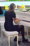 Intercharm XII Międzynarodowa mydlarnia i kosmetyka Moskwa jesieni Powystawowy pianista Fotografia Royalty Free