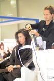 Intercharm XXI Internationale Parfumerie en van de Schoonheidsmiddelententoonstelling Mooie jonge donkerbruine vrouw die het nieu Stock Afbeelding