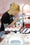 Intercharm XXI internationell parfymeriaffär- och skönhetsmedelutställningfotvårdsspecialist på arbete Fotografering för Bildbyråer