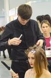 Intercharm XXI kosmetyków i mydlarni Międzynarodowej brunetki Powystawowa Piękna młoda kobieta robi nowemu eleganckiemu ostrzyżen Obraz Royalty Free