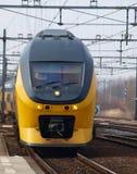 Intercity διπλό κατάστρωμα τύπων DDRM τραίνων στη διαδρομή σιδηροδρόμου μεταξύ του γκούντα και της Χάγης στο σταθμό του γκούντα στοκ εικόνες με δικαίωμα ελεύθερης χρήσης