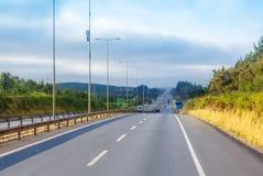 Intercity εθνική οδός με τα δέντρα στις πλευρές στοκ φωτογραφία
