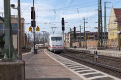 Intercity-εκφράστε το τραίνο από το σταθμό τρένου περασμάτων Deutsche Bahn fuerth στη Γερμανία Στοκ εικόνες με δικαίωμα ελεύθερης χρήσης