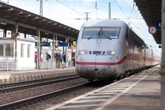 Intercity-εκφράστε το τραίνο από το σταθμό τρένου περασμάτων Deutsche Bahn fuerth στη Γερμανία στοκ φωτογραφία