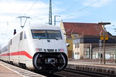 Intercity-εκφράστε το τραίνο από το σταθμό τρένου περασμάτων Deutsche Bahn fuerth στη Γερμανία Στοκ Φωτογραφίες