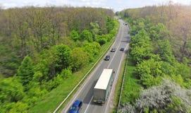 Intercity κυκλοφορία εθνικών οδών με το φορτηγό και τα αυτοκίνητα Λογιστικό υπόβαθρο μεταφορών στοκ φωτογραφίες με δικαίωμα ελεύθερης χρήσης