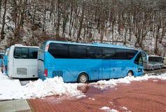 Intercity λεωφορεία που σταθμεύουν κοντά στο δάσος βουνών στο χειμώνα στοκ φωτογραφία με δικαίωμα ελεύθερης χρήσης