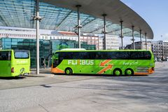 Intercity λεωφορεία Flixbus στην κεντρική στάση λεωφορείου του Αμβούργο στοκ φωτογραφία με δικαίωμα ελεύθερης χρήσης