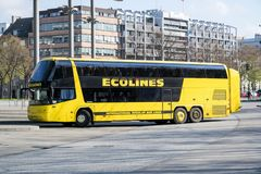 Intercity λεωφορείο Ecolines στην κεντρική στάση λεωφορείου του Αμβούργο στοκ φωτογραφία